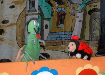 Biedronka i żuk w lalkowym teatrzyku